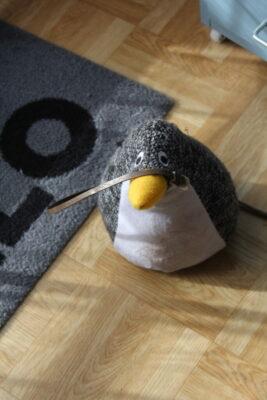 Pinguin mit Kabel auf Schnabel